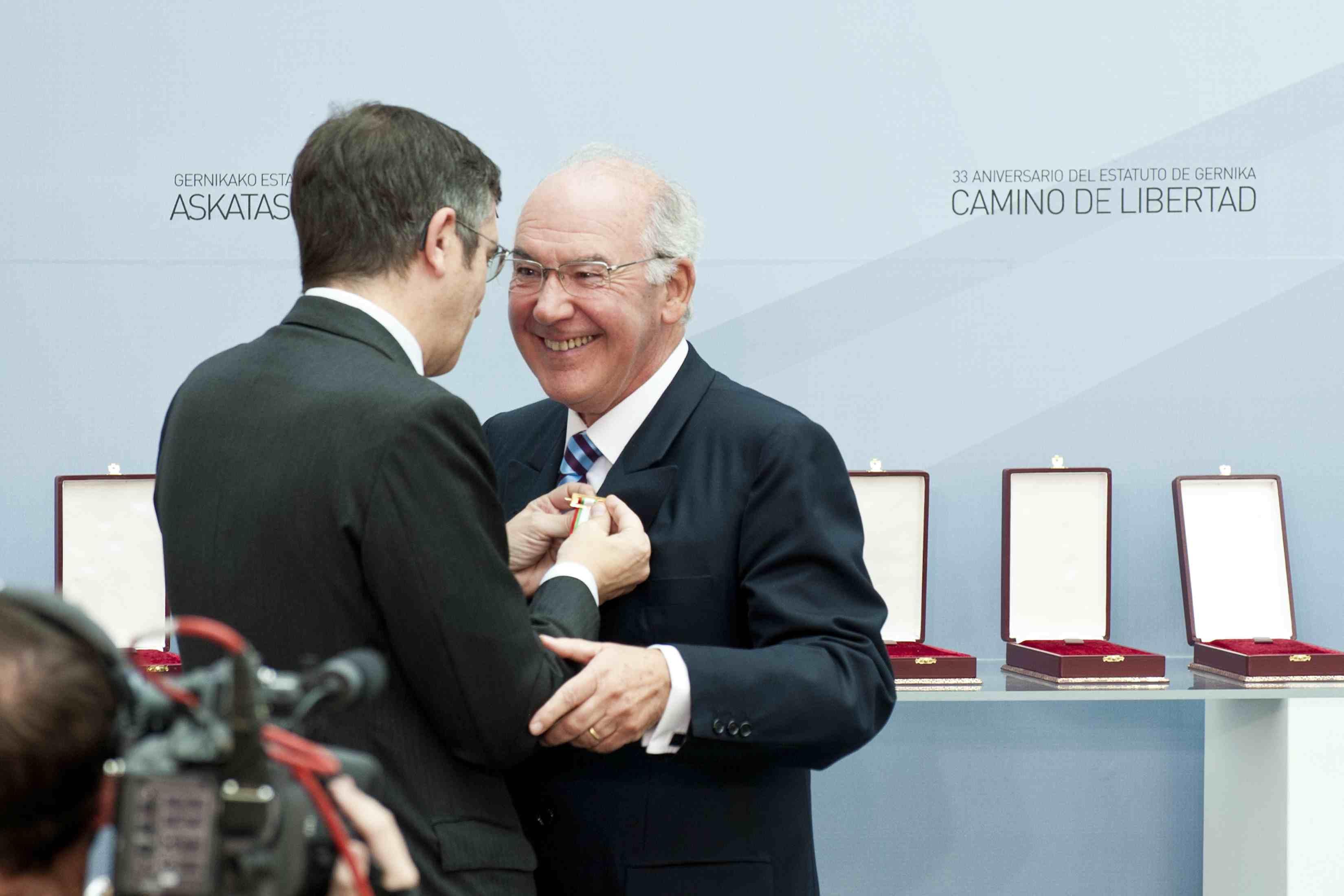El Lehendakari, Patxi López, coloca la Cruz del Árbol de Gernika al ex-lehendakari José Antonio Ardanza